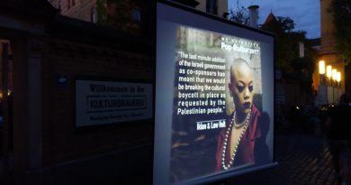 BDS-Aktivist*innen präsentieren die Erklärungen von Künstler*innen vor dem Pop-Kultur Festival